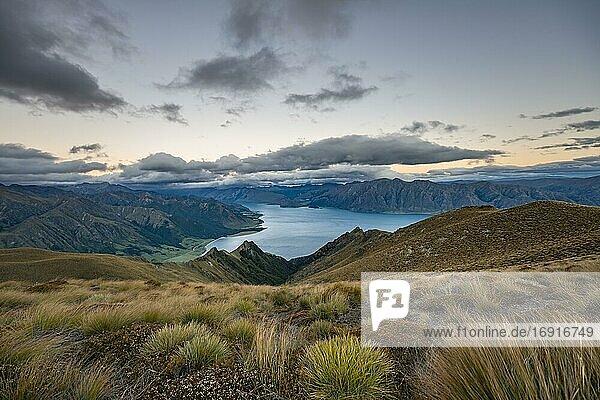Blick auf Lake Hawea bei Sonnenuntergang  See und Berglandschaft  Ausblick vom Isthmus Peak  Wanaka  Otago  Südinsel  Neuseeland  Ozeanien
