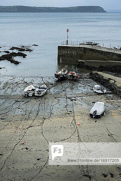 Hohe Winkelansicht von Fischerbooten  die bei Ebbe im Hafen vertäut sind.