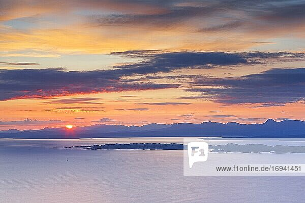 Aussicht von Isle of Skye zum Festland und auf die Inseln Raasay und Rona  Schottland  Großbritannien  Europa