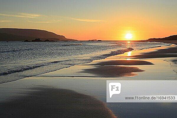 Sandstrand an der Küste  Schottland  Großbritannien  Europa