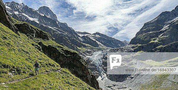 Wander in den Bergen auf Wanderweg nach Grindelwald  Gletscher Grindelwald-Fieschergletscher und Gipfel des Walcherhorn  Berner Oberland  Schweiz  Europa