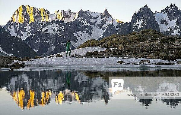 Morgenstimmung bei Sonnenaufgang  Wasserspiegelung im Lac Blanc  Berggipfel  Aiguille Verte  Grandes Jorasses  Aiguille du Moine  Mont Blanc  Mont-Blanc-Massiv  Chamonix-Mont-Blanc  Haute-Savoie  Frankreich  Europa