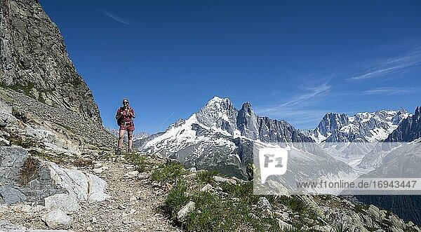 Wanderin auf Wanderweg  Grand Balcon Sud  Gletscher  Mer de Glace  Gipfel Aiguille Verte  Grandes Jorasses  Mont-Blanc-Massiv  Chamonix-Mont-Blanc  Haute-Savoie  Frankreich  Europa