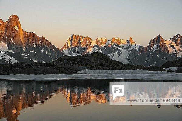 Abendstimmung mit Alpenglühen  Wasserspiegelung im Lac Blanc  Berggipfel  Aiguille Verte  Grandes Jorasses  Aiguille du Moine  Mont Blanc  Mont-Blanc-Massiv  Chamonix-Mont-Blanc  Haute-Savoie  Frankreich  Europa