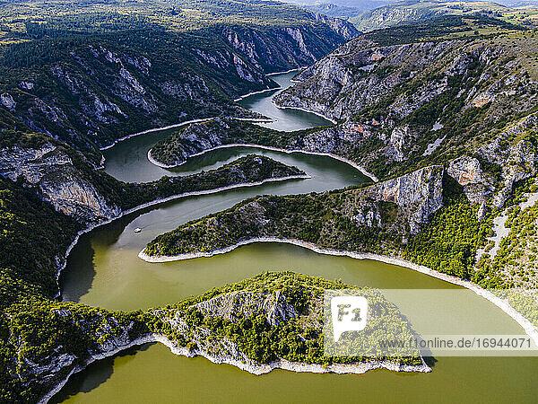 Der Fluss Uvac schlängelt sich durch die Berge  Uvac Special Nature Reserve  Serbien  Europa