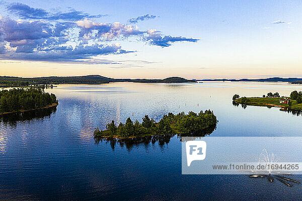 Wolken reflektieren bei Sonnenuntergang auf dem Inari-See  Inari  Lappland  Nordfinnland  Europa