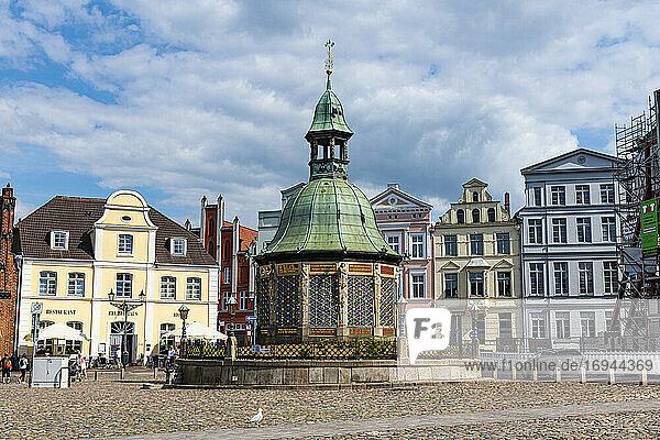 Wasserfontäne auf dem Marktplatz  Hansestadt Wismar  UNESCO-Welterbe  Mecklenburg-Vorpommern  Deutschland  Europa