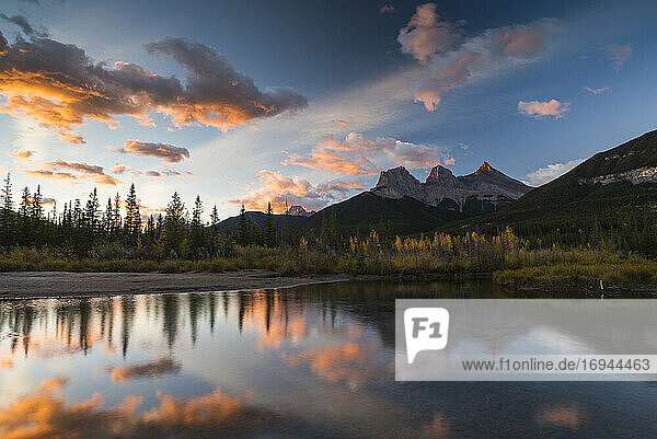 Sonnenaufgang im Herbst bei Three Sisters Peaks in der Nähe von Banff National Park  Canmore  Alberta  Kanadische Rockies  Kanada  Nordamerika