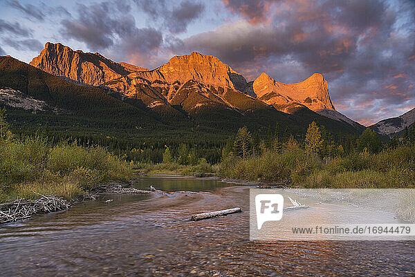 Sonnenaufgang und Alpenglühen auf Mount Lawrence Grassi und Ha Ling Peak im Herbst  Canmore  Alberta  Kanadische Rockies  Kanada  Nordamerika