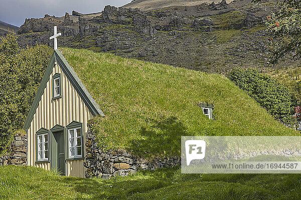 Historische isländische Architektur  eine Kirche aus dem 18. Jahrhundert am Litla Hof  in der Nähe von Skaftafell  nahe der Südküste Islands  Polarregionen