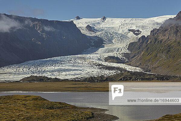 Ein spektakulärer Gletscher  der von der Vatnajokull-Eiskappe herunterfließt  Svinafellsjokull-Gletscher  Skaftafell-Nationalpark  Island  Polarregionen