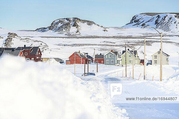 Leere schneebedeckte Straße zum Dorf Veines  Kongsfjord  Varanger-Halbinsel  Troms og Finnmark  Norwegen  Skandinavien  Europa