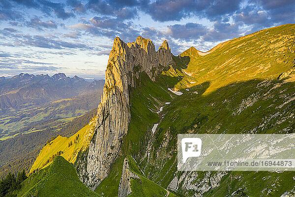 Sonnenaufgang auf dem felsigen Gipfel der Saxer Lucke im Sommer  Kanton Appenzell  Alpsteinkette  Schweiz  Europa