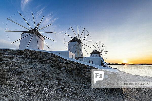 Die Windmühlen (Kato Milli) bei Sonnenuntergang  Horta  Mykonos  Kykladen  Griechische Inseln  Griechenland  Europa