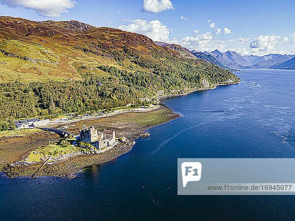 Luftaufnahme des Eilean Donan Castle  Highlands  Schottland  Vereinigtes Königreich  Europa