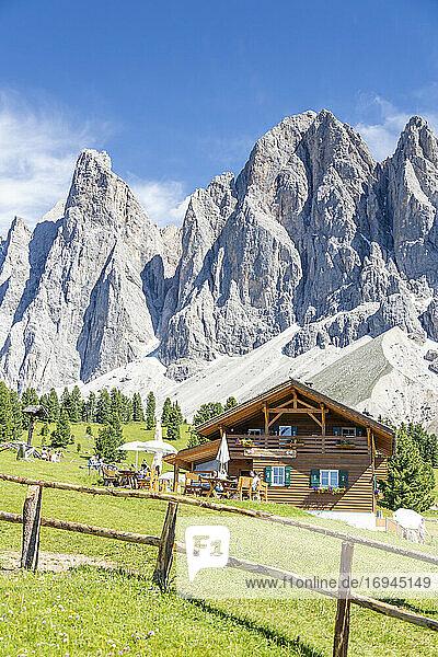 Malga Casnago (Gschnagenhardt) Hütte mit der Geisel im Hintergrund  Val di Funes  Südtirol  Dolomiten  Italien  Europa