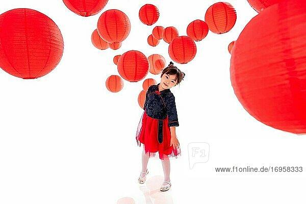 Das hübsche kleine Mädchen unter den roten Laternen