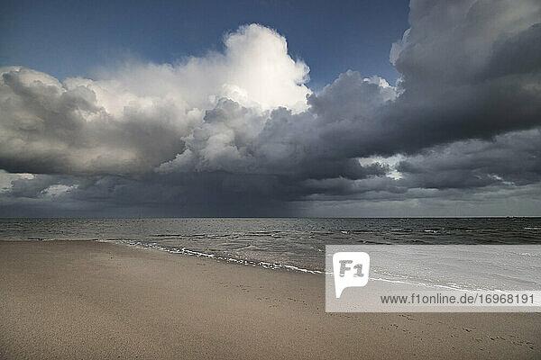 Dramatische Wolkenformation über der Sylter Wattenmeerküste