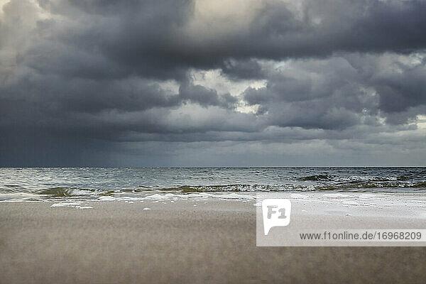 Sylter Wattenmeerküste zwischen List und Kampen unter bleigrauen Regenwolken