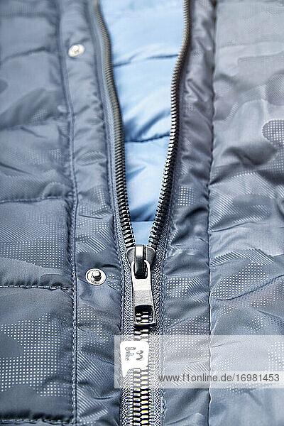 Mann blauen Winter Daunenjacke mit Reißverschluss. Winter Mode Konzept