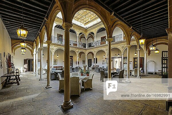 Innenhof des Dekan-Ortega-Palastes  Nationaler Tourismus-Parador am Vazquez de Molina-Platz  Ubeda  UNESCO-Weltkulturerbe. Provinz Jaen  Andalusien  Südspanien Europa.