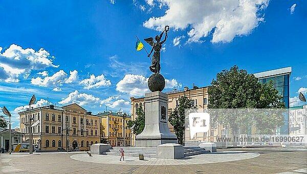 Charkiw  Ukraine. Unabhängigkeitsdenkmal auf dem Verfassungsplatz in Charkiw  Ukraine  an einem sonnigen Sommertag.
