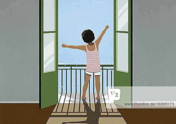 Aufgeregtes Mädchen wach und Stretching auf verschneiten Winter Balkon