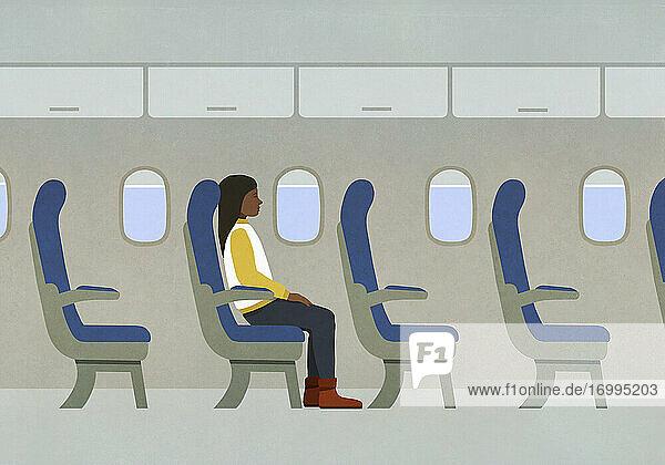 Frau reitet allein im Flugzeug