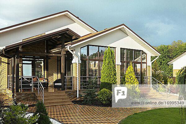 Modernes Haus Vitrine außen und Garten