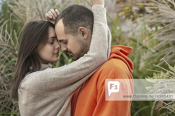Zärtliches  sinnliches junges Paar  das sich umarmt