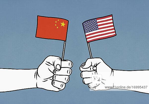 Hände geballt chinesischen und amerikanischen Flaggen auf blauem Hintergrund