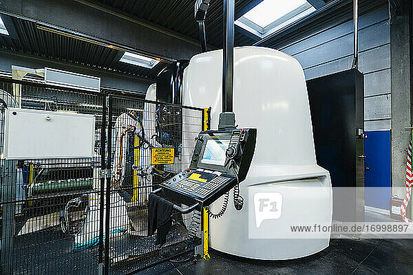 Steuertafel gegen weiße Maschinen in der beleuchteten Fertigungsindustrie