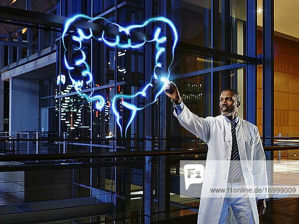 Männlicher Gastroenterologe bei der Analyse des Dickdarms im Labor eines Krankenhauses Männlicher Gastroenterologe bei der Analyse des Dickdarms im Labor eines Krankenhauses