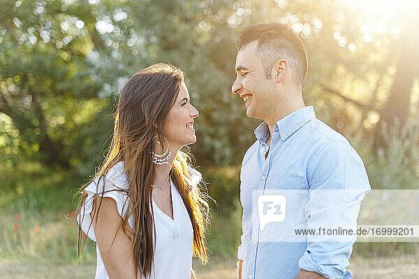 Glückliches heterosexuelles Paar  das sich lächelnd ansieht