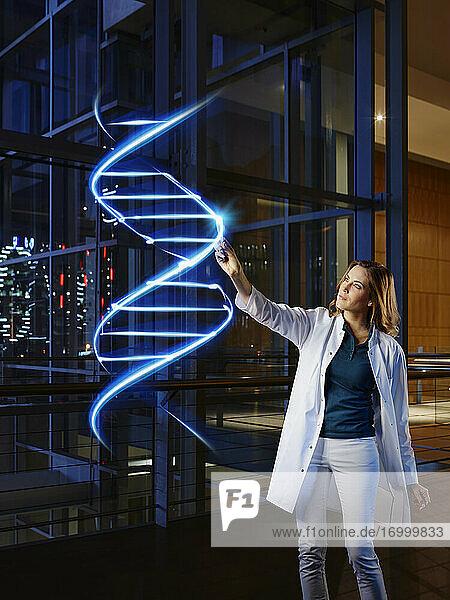 Ärztin malt DNA im Labor des Krankenhauses an Ärztin malt DNA im Labor des Krankenhauses an