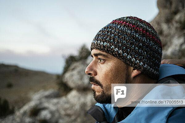 Nachdenklicher Mann beim Wandern auf einem Berg im Urlaub
