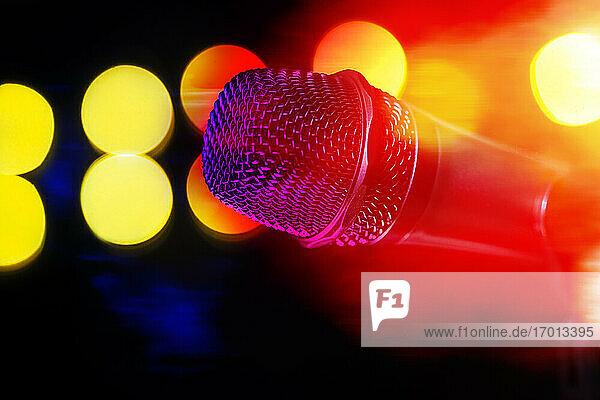 Nahaufnahme von Mikrofon und Bühnenbeleuchtung