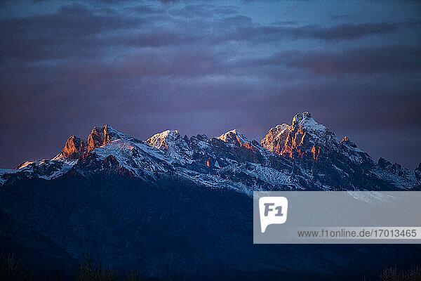 USA  Wyoming  Jackson  Grand Teton National Park  Sonnenuntergangslicht auf den Gipfeln der Teton Range im Grand Teton National Park