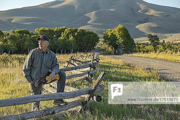 USA  Idaho  Bellevue  Landwirt lehnt an Zaun auf Feld