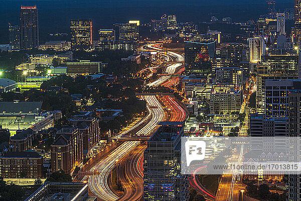 USA  Georgia  Atlanta  Innenstadtverkehr in der Abenddämmerung