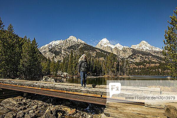 USA  Wyoming  Jackson  Grand Teton National Park  Ältere Frau steht am Taggart Lake im Grand Teton National Park