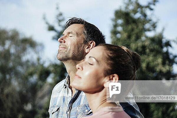 Älteres Paar mit geschlossenen Augen an einem sonnigen Tag