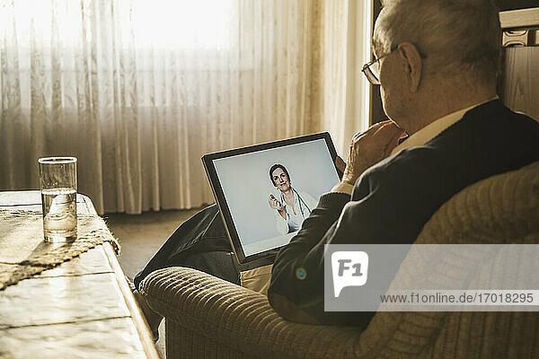 Ärztin berät männlichen Patienten online zu Hause Ärztin berät männlichen Patienten online zu Hause