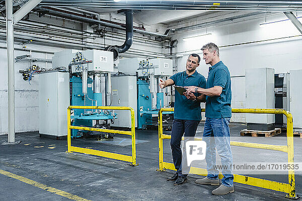 Ingenieure planen Strategie für digitales Tablet in der Fabrik
