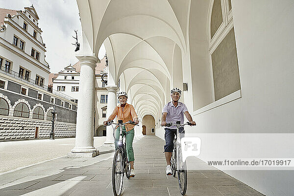 Ein älterer Forscher fährt mit einem Elektrofahrrad auf einem Fußweg in Dresden  Deutschland Ein älterer Forscher fährt mit einem Elektrofahrrad auf einem Fußweg in Dresden, Deutschland