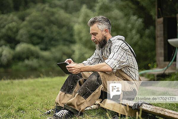 Zimmermann benutzt digitales Tablet in der Pause Zimmermann benutzt digitales Tablet in der Pause