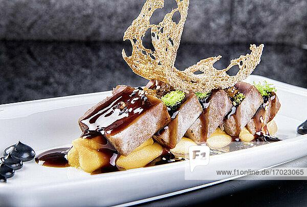 Thunfischstücke mit Kaviar und Unagi-Sauce