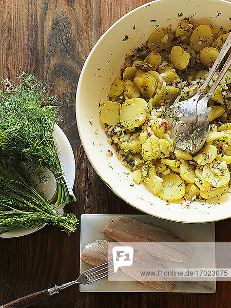 Kartoffelsalat mit Hering und Dill