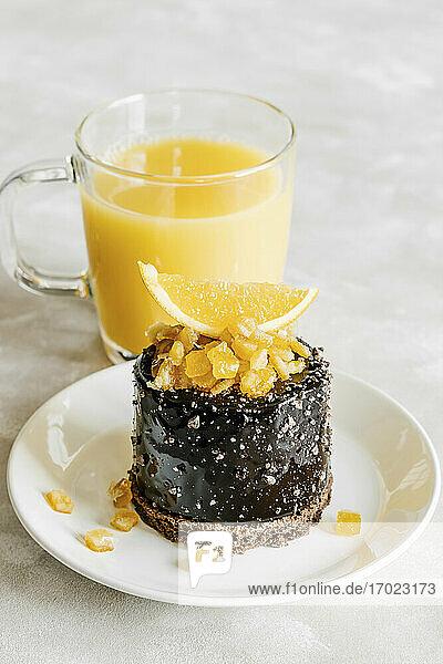 Schokoladenkuchen mit kandierten Orangen  dazu Orangensaft