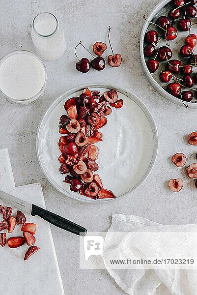 Joghurt mit Kirschen und Erdbeeren zubereiten